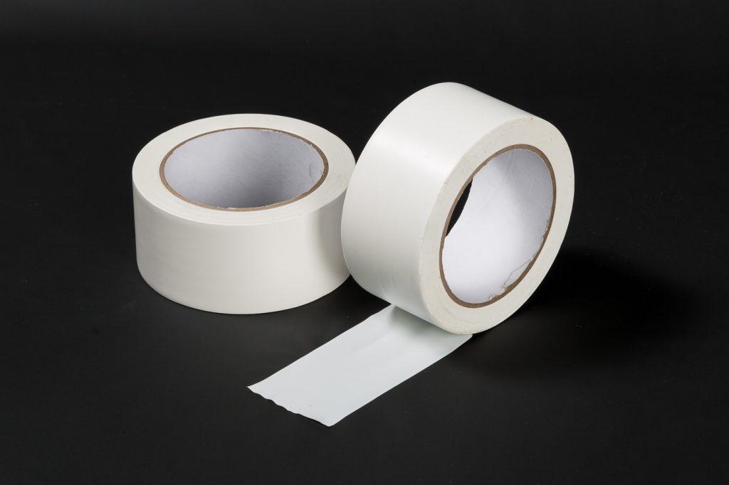 Schützt glatte Oberflächen: PVC-Klebeband