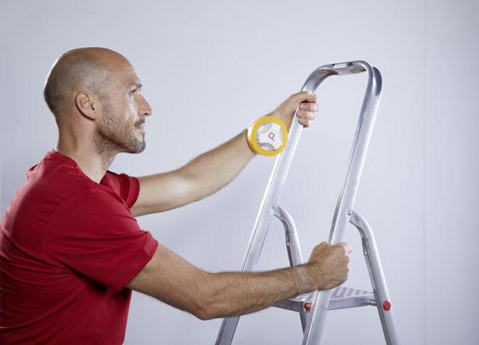 Ein Maler mit der ProTaper Edition von Klauss-Klebeband hantiert mit einer Leiter